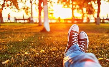 Vilande fötter på gräsmatta
